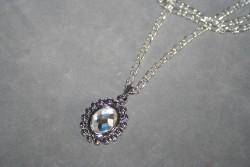 HA107 White queen: Halsband (45 cm långt)med vackert hänge med glas sten...99:- 55:- För att se en större bild, klicka på denna länk.