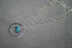 HA109 Blue cateye ring: Halsband (60 cm långt) med en blå cateye pärla i en stansad ring...99:-  För att se en större bild, klicka på denna länk.