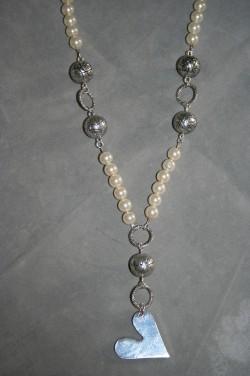 HA110 Creamy haert: Halsband (75 cm med hänget) med creamvita pärlor och en hjärta...115:- SÅLD För att se en större bild, klicka på denna länk.