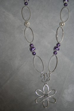 HA111 Big flower link: Halsband (90 cm långt) med lila pärlor samt en stor blomma som hänge...115:- SÅLD För att se en större bild, klicka på denna länk.