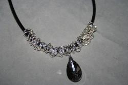 HA113 Smokey chain: Halsband (50 cm långt) med 4mm tjock läderrem med kedja och rökfärgat glashänge...110:-SÅLDFör att se en större bild, klicka på denna länk.