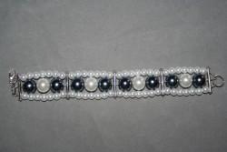 AR136 3 row grey: Treradigt armband med vita och stålgråa pärlor...105:- SÅLD För att se en större bild, klicka på denna länk.