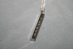 NA022 Vacker: Halsband (50 cm långt)med stansad stav med ordet