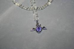 HA114 Purple heart wing: Halsband (50 cm långt) med ett hjärta med en lila glaspärla...99:- SÅLD  För att se en större bild, klicka på denna länk.