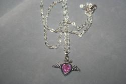 HA115 Pink heart wing: Halsband (50 cm långt) med ett hjärta med en rosa glaspärla...finns att köpa hosStudio MiniSÅLDFör att se en större bild, klicka på denna länk.