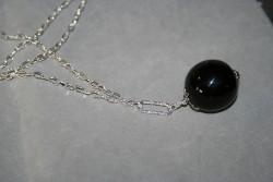 HA116 Big black ball: Långt halsband (85 cm långt) med en stor (30 mm) svart glaspärla...110:- 80:-För att se en större bild, klicka på denna länk.