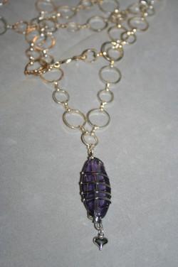 HA117 Purple rock: Långt halsband (74 cm långt + 6 cm hänge) med ett stort lila glashänge...115:- SÅLD För att se en större bild, klicka på denna länk.