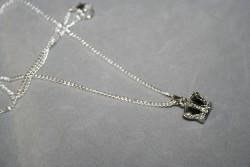 HA118 Black crown: Halsband (50 cm långt) med en krona med en svart glaspärla innuti...99:- För att se en större bild, klicka på denna länk.