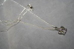 HA119 Yellow crown: Halsband (50 cm långt) med en krona med en gul glaspärla innuti...99:- För att se en större bild, klicka på denna länk.