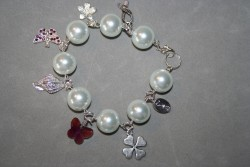 AR141 White hope: Berlockarmband med stora vita pärlor...110:- 70:- För att se en större bild, klicka på denna länk.