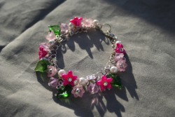 AR139 Summerflowers: Rasselarmband med rosa blommor och gröna blad...110:- 70:- För att se en större bild, klicka på denna länk.
