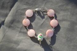 AR138 Little pink flower: Armband med rosa snäckskalspärlor...75:- 45:-För att se en större bild, klicka på denna länk.