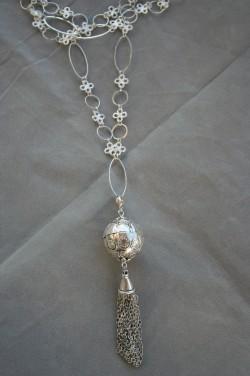 HA120 Tazzelneck: Långt halsband (86 cm långt + 10 cm hänge) med en silverfärgade boll och ett kedjehänge...135:- SÅLD För att se en större bild, klicka på denna länk.