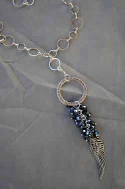 HA122 Black feather: Långt halsband (70 cm + 14 cm hänge) med svarta facetterade glaspärlor samt en fjäder i metall...149:- SÅLD För att se en större bild, klicka på denna länk.