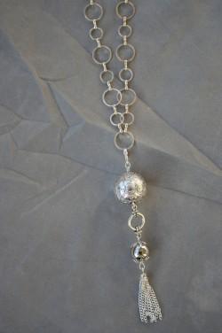 HA121 Silverballs: Långt halsband (60 cm + 13 cm hänge) med två silverfärgade bollar samt ett kedjehänge...125:-SÅLDFör att se en större bild, klicka på denna länk.
