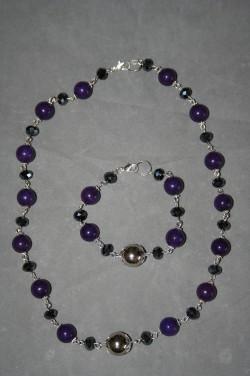 SE046 Purple Jade: Smyckesset (halsband 50 cm + armband 19 cm) med lila Jade pärlor samt svarta facetterade glaspärlor...179:- SÅLD För att se en större bild, klicka på denna länk.