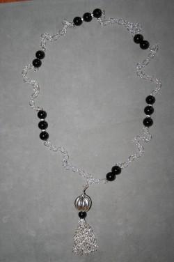 HA127 Chainball: Långt halsband med svarta pärlor och kedjehänge...125:-SÅLD För att se en större bild, klicka på denna länk.