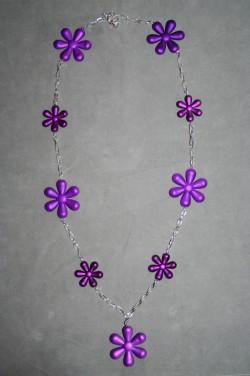 HA128 Big purple flower: Långt halsband med lila akrylblommor...119:- 89:- För att se en större bild, klicka på denna länk.