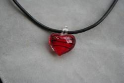 HG005 Glass heart: Halsband med läderband och hjärta i glas...85:- SÅLD För att se en större bild, klicka på denna länk.