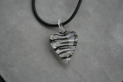 HG007 Glass heart: Halsband med läderband och hjärta i glas...89:- SÅLD För att se en större bild, klicka på denna länk.