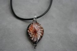 HG008 Glass leaf: Halsband med läderband och hänge i glas...99:- SÅLD För att se en större bild, klicka på denna länk.