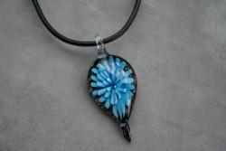 HG009 Glass leaf: Halsband med läderband och hänge i glas...99:- SÅLD För att se en större bild, klicka på denna länk.