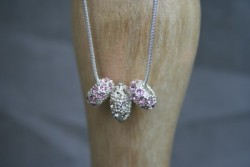 AS003 Pink crystal: Halsband (50 cm) med 3 strassberlocker...139:-