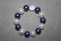 AR145 Purple white: Elastiska armband med lila och vita stora pärlor samt en stansbar liten tag (max4 bokstäver)...105:- 75:-För att se en större bild, klicka på denna länk.
