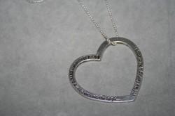 NA025 Mountain love: Halsband (70 cm) med ett stort (55 mm)budskapshjärta med texten