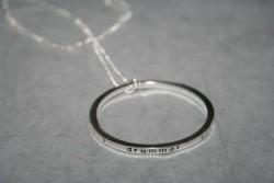 NA027 Dream ring: Långt halsband (70cm) med stor budskapsring (55mm) med texten