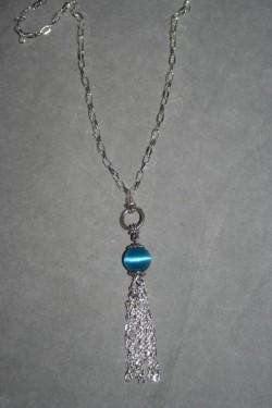 HA125 Blue chain: Halsband (60 cm utan hänge) med en blå pärla samt ett kedjehänge...85:- För att se en större bild, klicka på denna länk.