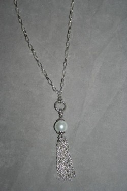 HA124 White chain: Halsband (60 cm utan hänge) med en vit pärla samt kedje hänge...85:- SÅLDFör att se en större bild, klicka på denna länk.