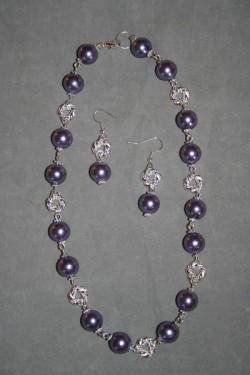 SE047 Purple swirl: Halsband + örhängen med lila stora pärlor samt snurrade silverpläterade mellandelar...129:- För att se en större bild, klicka på denna länk.