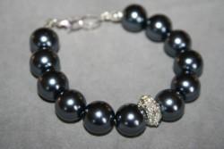 AR143 Black crystal: Armband med storagrafitgråa pärlor samt en strass pärla...SÅLD För att se en större bild, klicka på denna länk.
