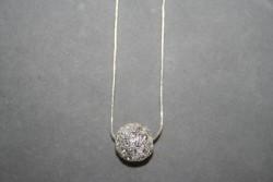 AS002White crystal ball: Halsband (45 cm) med en storvit strass pärla...139:-