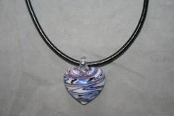 HG018 Glass heart: Halsband med läderband och hänge i glas...79:- För att se en större bild, klicka på denna länk.