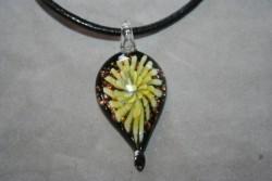HG016 Glass leaf: Halsband med läderband och hänge i glas...99:- För att se en större bild, klicka på denna länk.