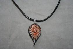 HG015 Glass leaf: Halsband med läderband och hänge i glas...99:- För att se en större bild, klicka på denna länk.