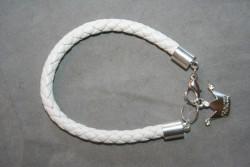 AR148 White princess: Armband med flätat vitt läderband och en berlock...75:- För att se en större bild, klicka på denna länk.