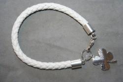 AR149 Lucky white: Armband med flätat vitt läderband och en berlock...75:- För att se en större bild, klicka på denna länk.