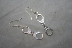 OR064 Handcuffs: Örhängen med handklovar...55:- SÅLD För att se en större bild, klicka på denna länk.