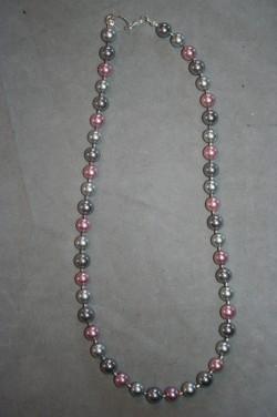 HA130 Multi color pink: Halsband (45 cm) med små pärlor i blandade färger...139:-  För att se en större bild, klicka på denna länk.