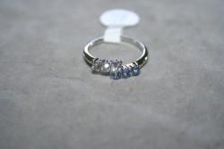 OV043 Ring 8: Ring med stenar i två färger...45:-