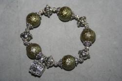 AR154 Icy green: Elastiskt armband med stora olivgröna pärlor samt en liten öppningsbar kista...SÅLD För att se en större bild, klicka på denna länk.