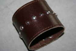KI010 Leather hand 1: Brett armband i brunt läder med små runda nitar...160:- För att se en större bild, klicka på denna länk.