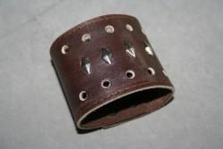 KI011 Leather hand 2: Brett armband i brunt läder med nitar...160:- SÅLD För att se en större bild, klicka på denna länk.
