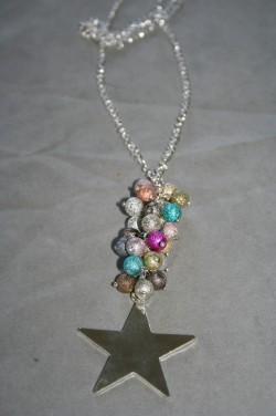 HA138 Color star: Halsband (70 cm + 10 cm hänge) med stardust pärlor i olika färger samt en stor stjärna...110:- 70:-  För att se en större bild, klicka på denna länk.