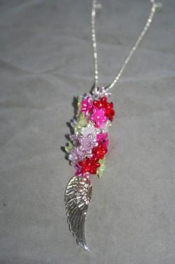HA137 Flower wing: Halsband (70 cm + 10 cm hänge) med acrylblommor i olika färgersamt en stor vinge...120:- 80:- För att se en större bild, klicka på denna länk.