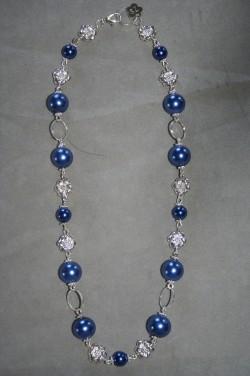 HA136 Flower blue: Halsband (45 cm) med blåa pärlor och silverfärgade blommor...105:-  75:- SÅLDFör att se en större bild, klicka på denna länk.