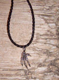 KI005 Claw: Halsband med en skelett hand på flätat läderband...75:- SÅLD  För att se en större bild, klicka på denna länk.